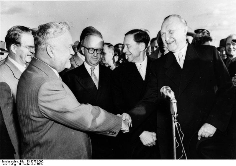 Der Vorsitzende des sowjetischen Ministerrates Bulganin begrüßt Kanzler Adenauer in Moskau.