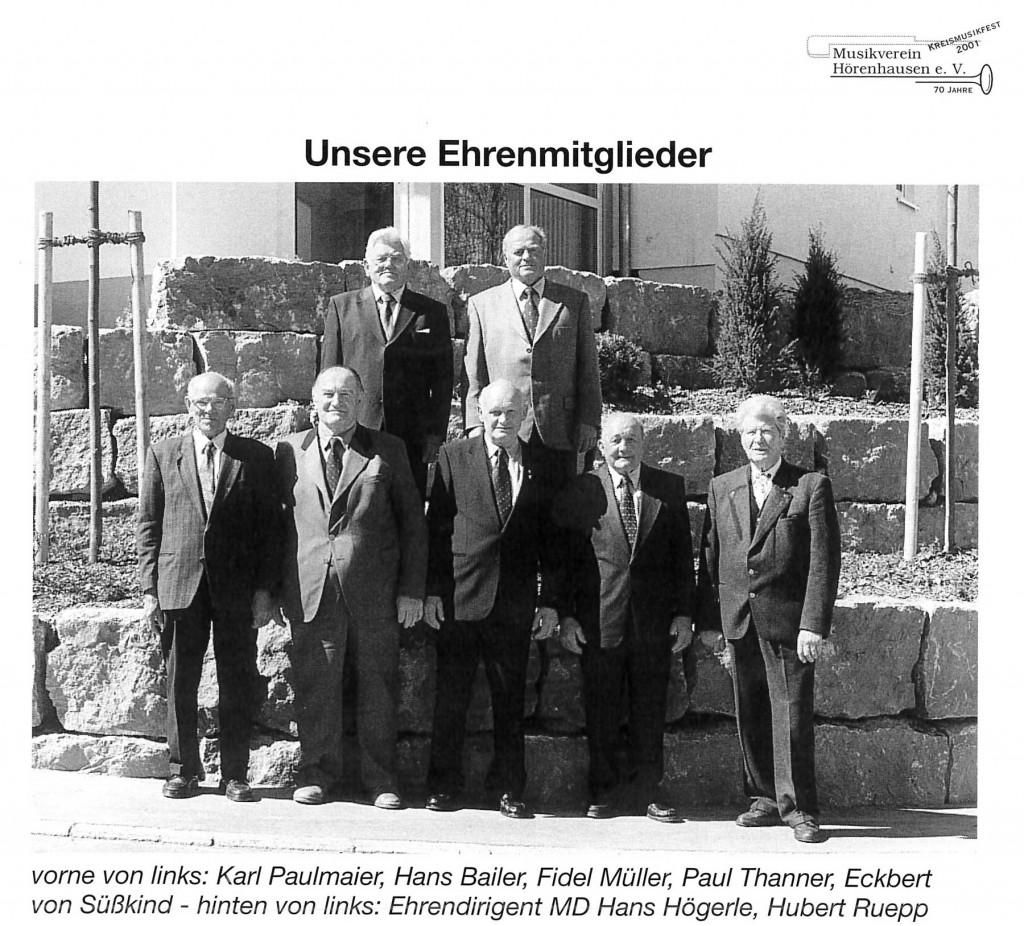 Die Ehrenmitglieder des Musikvereins Hörenhausen, darunter Karl Paulmaier, 2001.