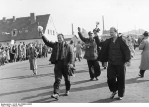 Spätheimkehrer aus der Sowjetunion werden im Oktober 1955 im Durchgangslager Friedland freudig begrüßt.