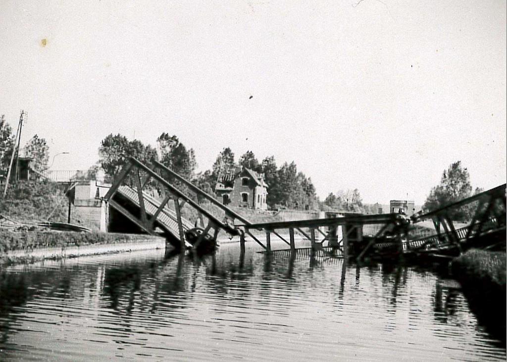 Das Bild einer im Krieg zerstörten Brücke stammt aus dem Fotoalbum Paulmaiers.