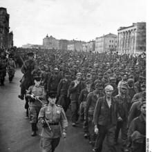Deutsche Kriegsgefangene werden 1943 unter Bewachung durch Moskau geführt.