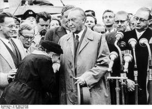 Die Mutter eines Kriegsgefangenen dankt Adenauer nach seiner Rückkehr aus Moskau im September 1955.