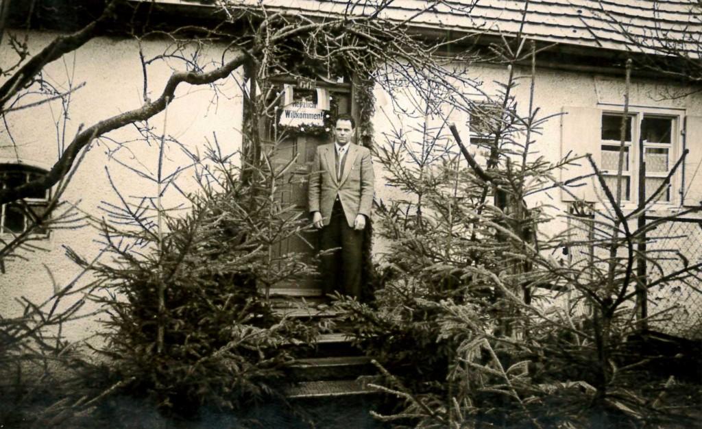 Paulmaier im Januar 1956 vor der Tür seines geschmückten Elternhauses in Weihungszell.
