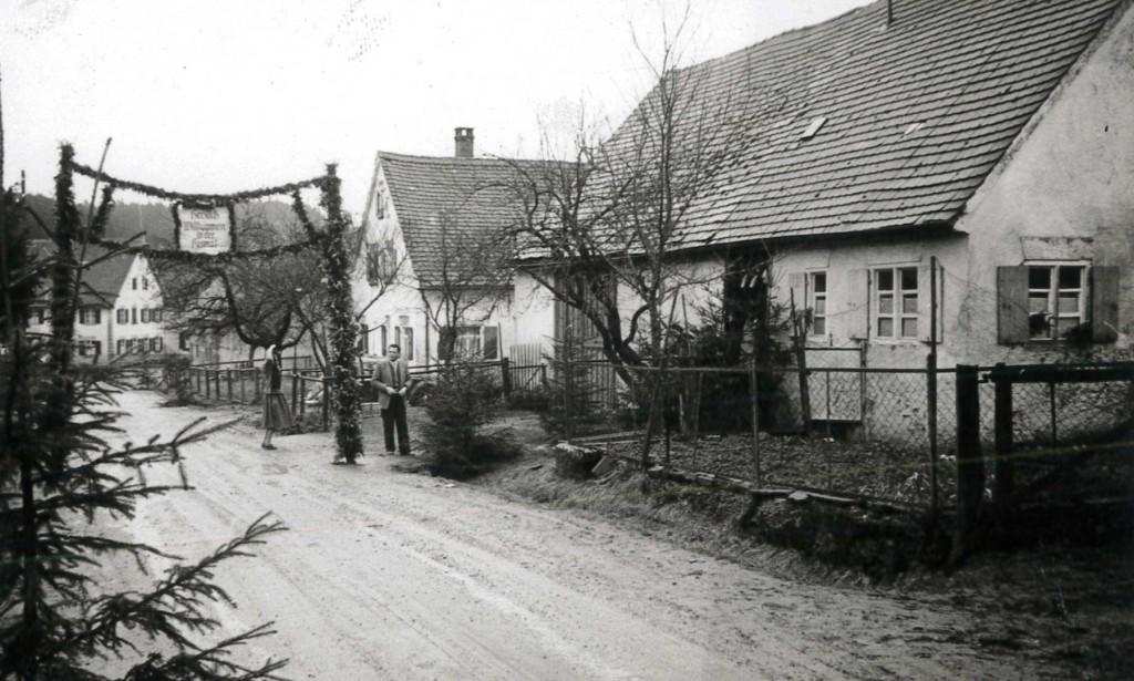 """""""Herzlich Willkommen in der Heimat"""": Girlandenschmuck vor dem Elternhaus Paulmaiers."""