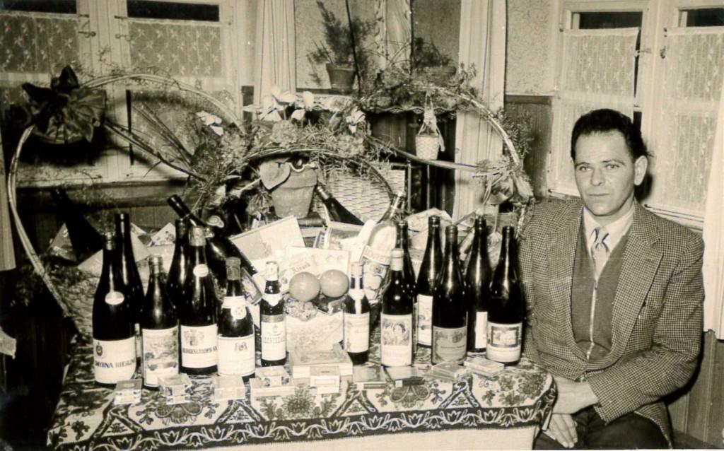 Paulmaier mit einem Geschenkkorb in seinem Elternhaus in Weihungszell, Januar 1956.