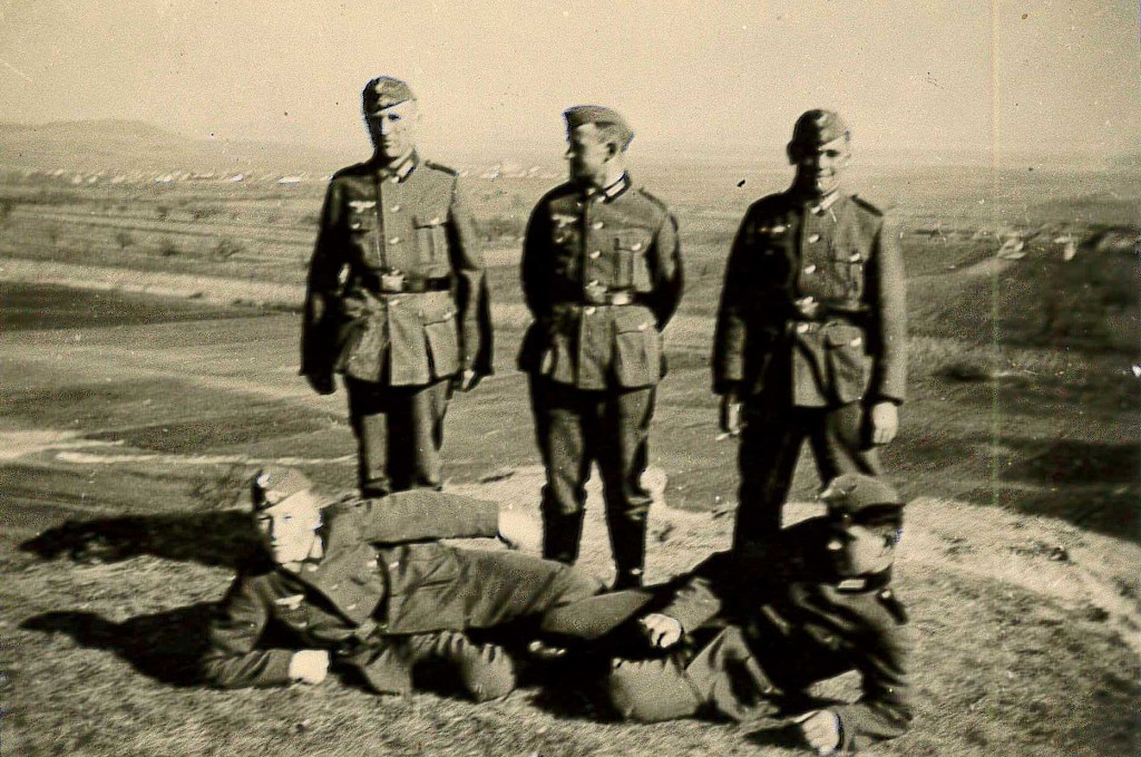 Karl Paulmaier (stehend rechts) posiert mit Soldatenkameraden vor der Kamera.