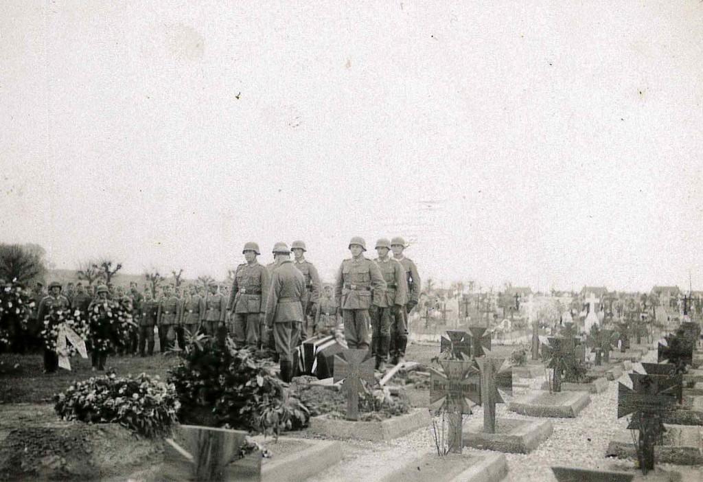 Aufnahme eines Soldatenbegräbnisses aus dem Fotoalbum Paulmaiers.