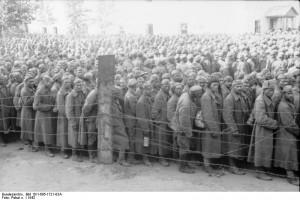 Sowjetische Kriegsgefangene in einem deutschen Lager hinter Stacheldraht, 1942.